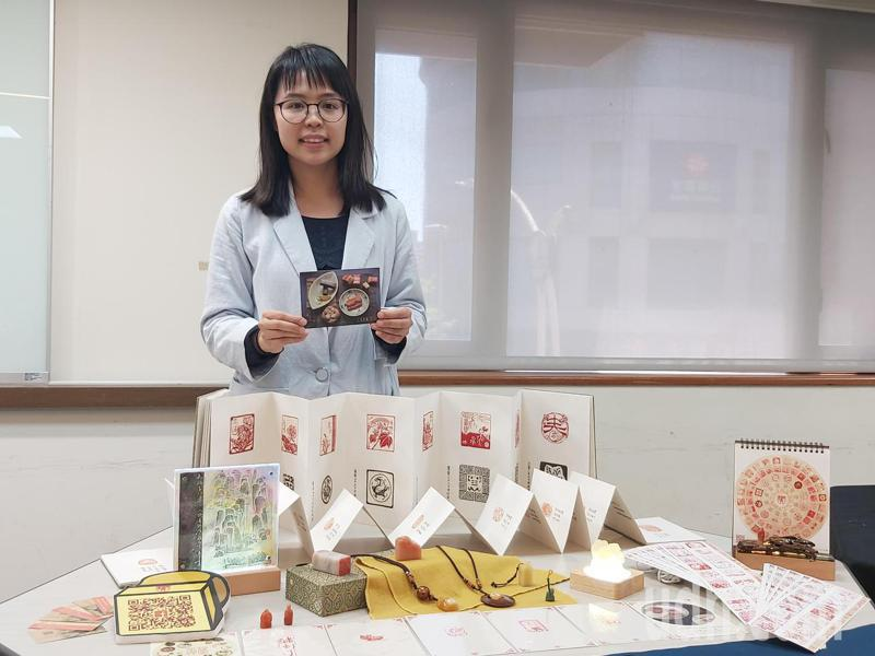 雕刻家吳玟妡,她原本從事廣告設計,3年前在路上跑步意外被青年局的海報吸引,如今以石頭刻印技能揚名藝術界。記者朱冠諭/攝影