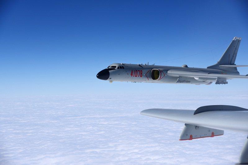 美日峰會聯合聲明自1969年後首度提及台灣,強調穩定台海和平,並關注新疆、香港人權問題,隨著緊張情勢升級,據悉中國上周末進行大規模的空中轟炸演習。新華社