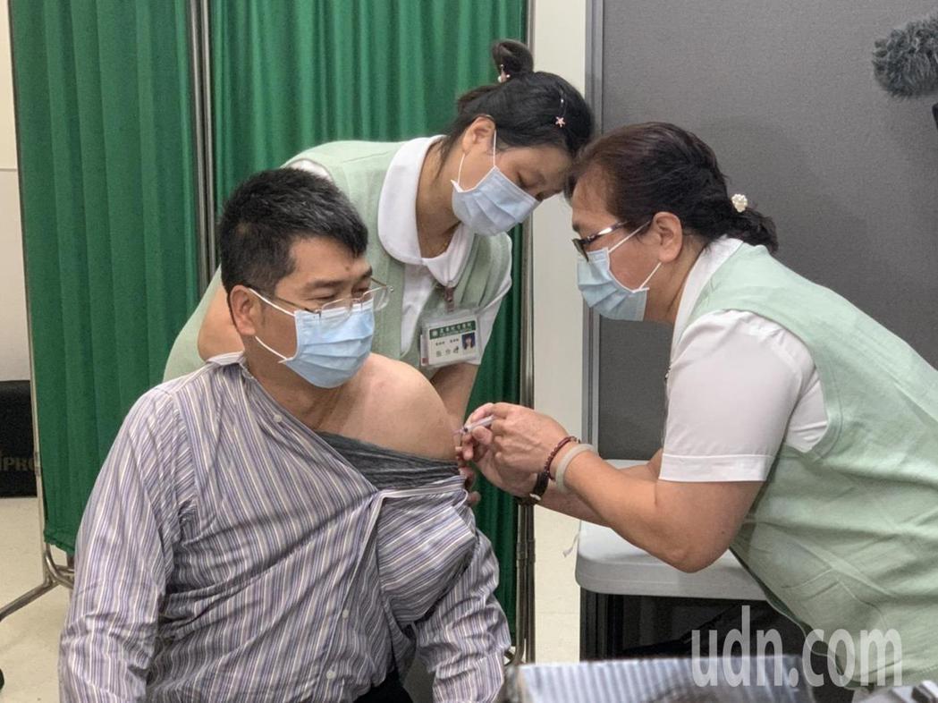 首名接種的洪先生表示,他下個月就要出國,所以才會搶在首日就來接種AZ疫苗。記者張...