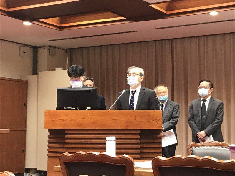 原能會主委謝曉星(前排右)今天出席立法院委員會備詢前,被媒體詢問原能會對此事立場,謝曉星說,「我不是提反對了嗎?」記者吳姿賢/攝影