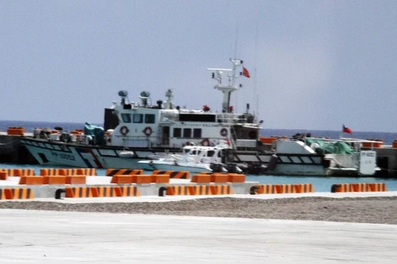 圖為過去泊在太平島碼頭的100噸艇與M8快艇。記者洪哲政/攝影