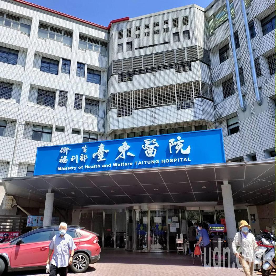 衛福部台東醫院配合旅遊門診,明起開放施打AZ疫苗,不過,院方表示,已有38位民眾...