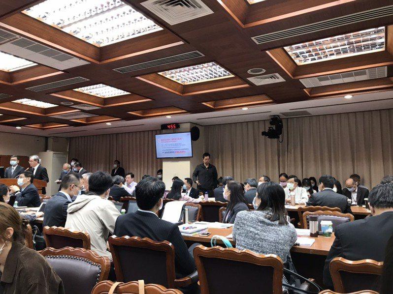 立法院教育及文化委員會今天邀請官員報告「日本政府將排放福島核電廠含氚水恐造成海洋汙染與我國政府因應措施」。記者吳姿賢/攝影
