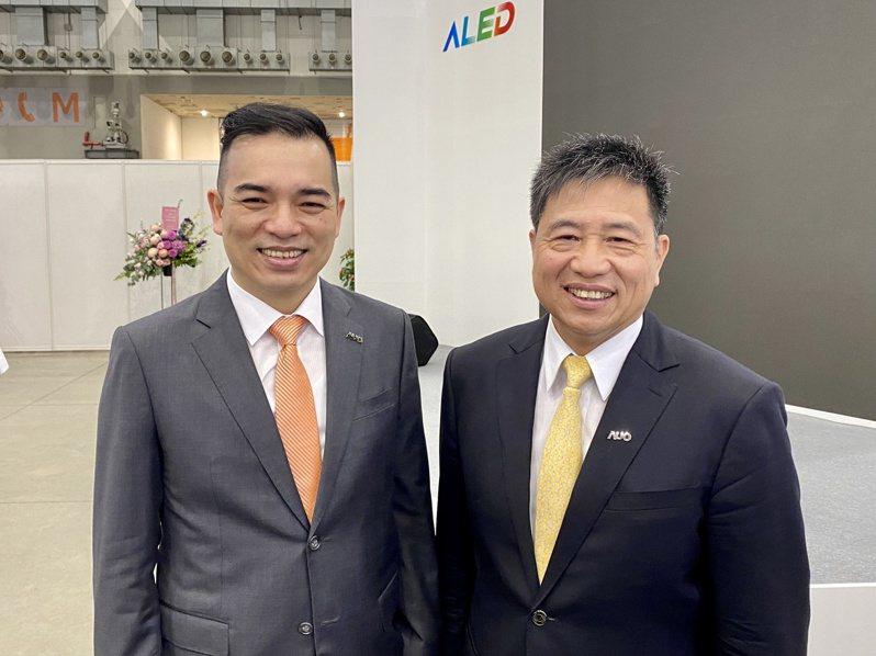 友達今(21)日參加Touch Taiwan 2021智慧顯示展覽會,圖為董事長彭双浪(右)、總經理柯富仁(左)。 記者康陳剛/攝影