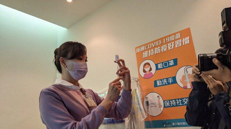 中央流行疫期指揮中心上周三(4月14日)宣布即起可向31家有旅遊醫學門診的合約院...