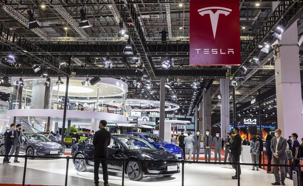 今年上海汽車展裡的特斯拉電動車展示區。  歐新社
