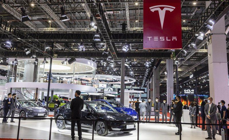 今年上海汽車展裡的特斯拉電動車展示區。 圖/歐新社