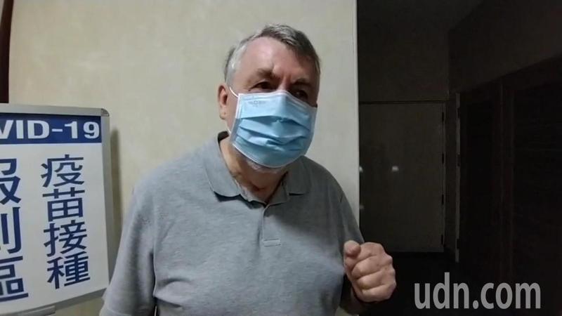 自費牛津AZ疫苗今日起開打,來自澳洲的Barry Robinson今一早也至台北慈濟醫院施打,他表示,因為想要商務旅遊,所以前來施打,對於施打後的感覺,他則是高呼「I feel good(我感覺很好)」。記者吳亮賢/攝影