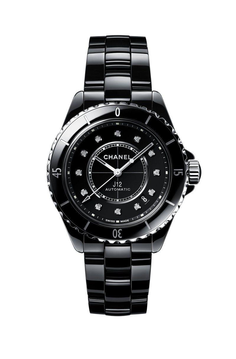 J12腕表,38毫米黑色抗磨精密陶瓷搭配精鋼表殼搭配12顆鑽石時標、Caliber 12.1自動上鍊機械機芯,25萬3,000元。圖/香奈兒提供