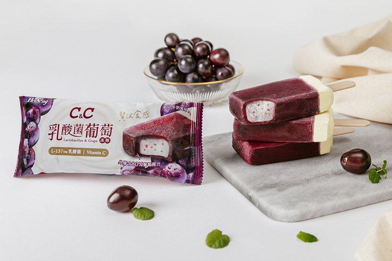 「黑松C&C乳酸菌氣泡飲」,推出新品「黑松C&C乳酸菌葡萄冰棒」。業者提供