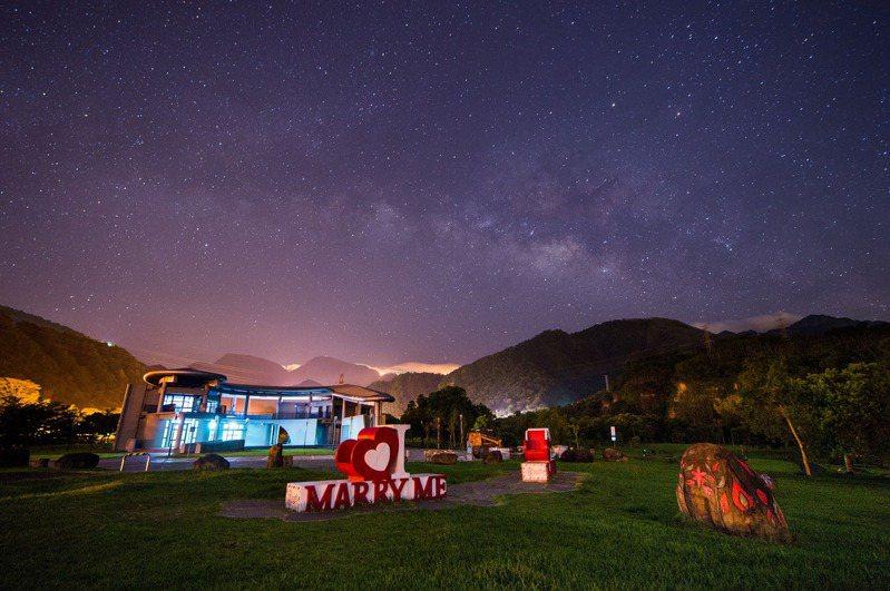 天琴座流星雨明天凌晨大爆發 ,嘉義最佳觀星點番路鄉牛埔仔愛情大草原。圖/嘉縣府提供