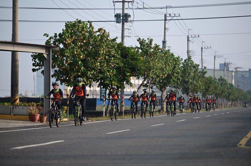 金門述美國小12位六年級畢業生,日前在校長劉界宏及3位老師陪同下,從高雄出發,以10天的時間環台一圈,完成1000公里騎行。圖/述美國小提供