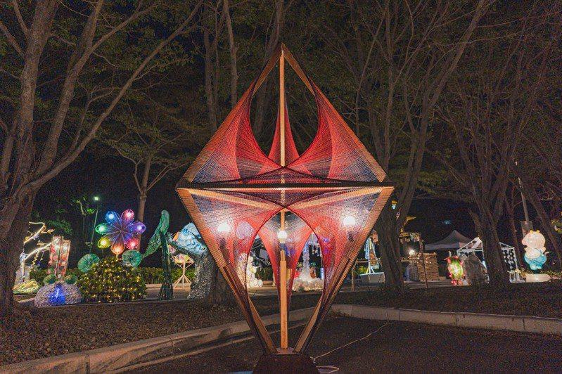 2021台灣燈會因疫情取消,原先燈會舉辦的花燈競賽集結300多件作品,24日起至5月2日將先在新竹市孔廟廣場展出,入夜後將點亮。圖/新竹市政府提供