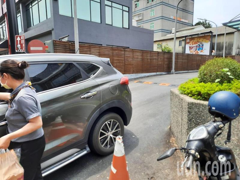 嘉義市忠孝路的麥當勞遭投訴,顧客車輛停到人行道等待取餐。圖/民眾提供