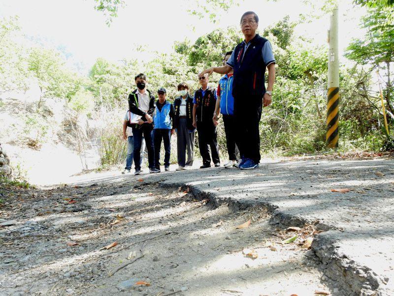 南投縣仁愛鄉南豐國小旁農路約200公尺長路面有大面積破洞影響通行。圖/南投縣政府提供