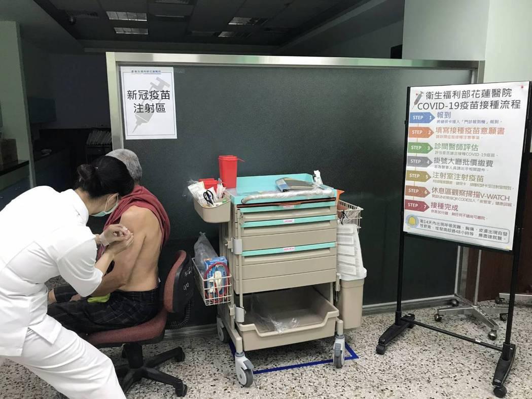 今天開打自費AZ疫苗,衛福部花蓮醫院費用436元是全台最便宜,今天就有26位民眾...