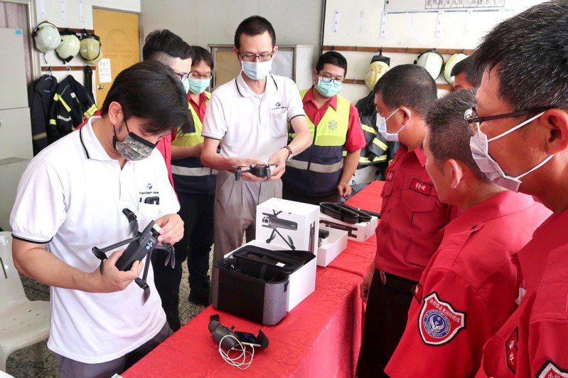 雷虎科技上午捐贈高規格空拍機2台,給南投縣消防魚池分隊,隊員個個躍躍欲試。圖/馬文君提供