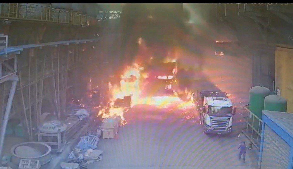 台中市后里區一家鋼鐵廠今天發生爐渣車爆炸起火意外。圖/取自記者爆料網