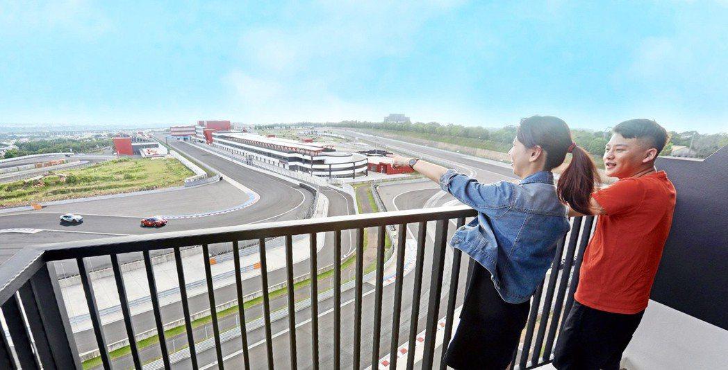 全館230間客房半數房間全景陽台無死角,可直接俯瞰G2賽道風光。記者宋健生/攝影