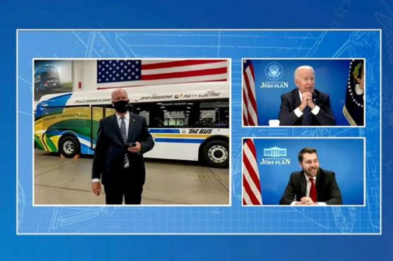 拜登線上參觀美國一家新能源汽車生產中心。路透