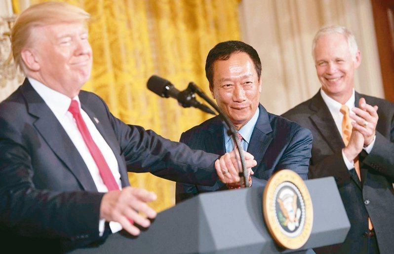 鴻海集團創辦人郭台銘(中)2017年7月與時任美國總統川普(左)和威斯康辛州長渥克(右),在白宮宣布富士康的投資設廠計畫。法新社