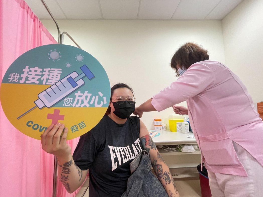 AZ自費疫苗今午開打,高雄市民分到小港及市立聯合醫院接種, 雖擔心副作用,但因有...
