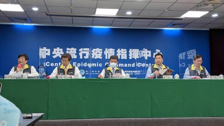 中央流行疫情指揮中心記者會,出席者包括疫情監測組組長周志浩(前排由左到右)、專家...
