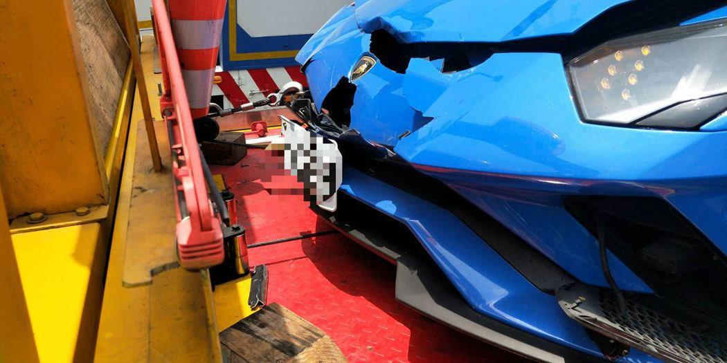 另輛藍色藍寶堅尼車頭破損,修復費用至少百萬元起跳。記者謝進盛/翻攝