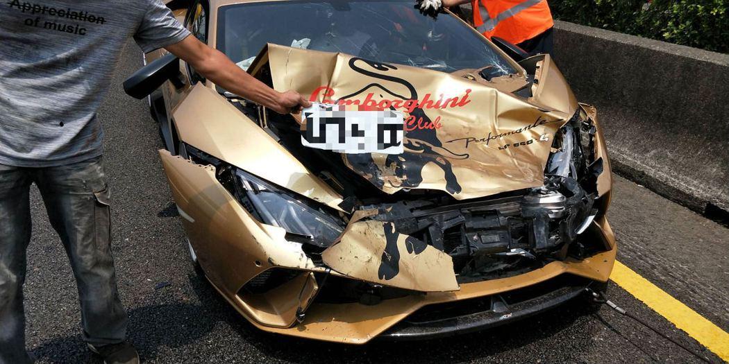 中山高南下台南安定路段發生3車連續追撞事故,金色藍寶堅尼車頭全毀記者謝進盛/翻攝