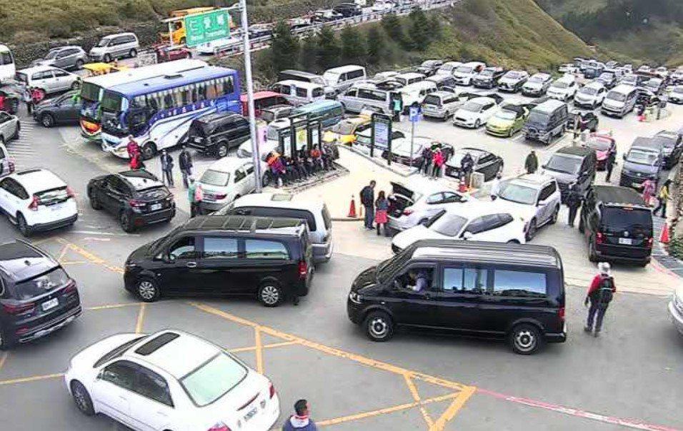 合歡山杜鵑盛放狂吸遊客,今天是平日仍見驚人車流,停車場也被塞爆。圖/擷取自公路總...