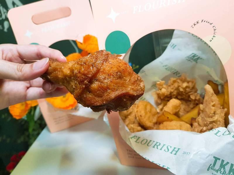 炸雞花禮盒中,內含脆皮雞柳條、原味雞腿、阿勇雞塊、地瓜薯條等炸物。記者陳睿中/攝影