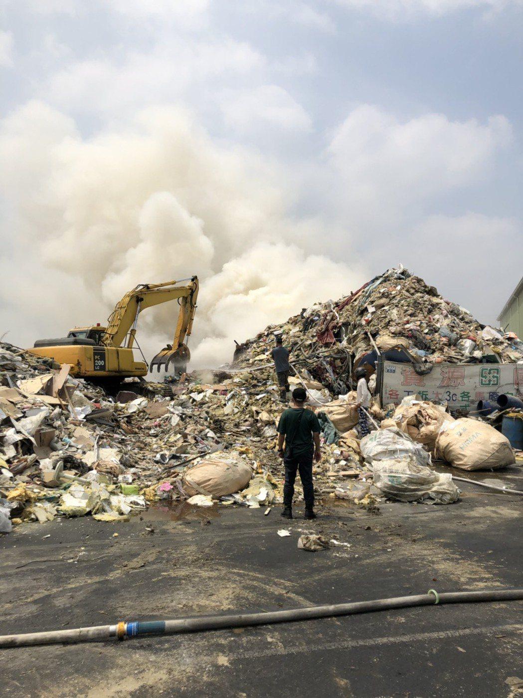 台南市仁德區大發興環保公司今天火災,影響空氣品質被重罰。圖/台南市環保局提供