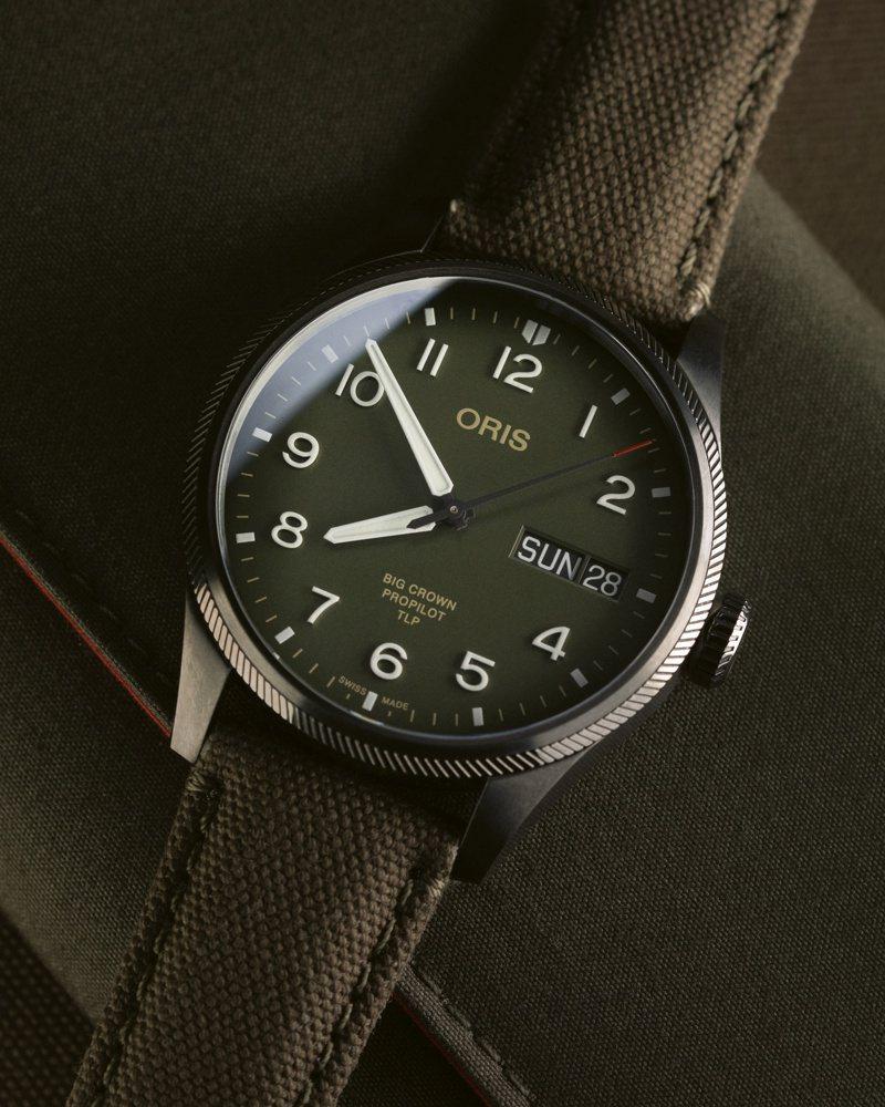 Oris TLP 限量腕表,與精英飛行員培訓學校合作,槍灰色PVD表殼搭配軍綠色面盤,散發鮮明的飛行風格。圖 / ORIS提供。