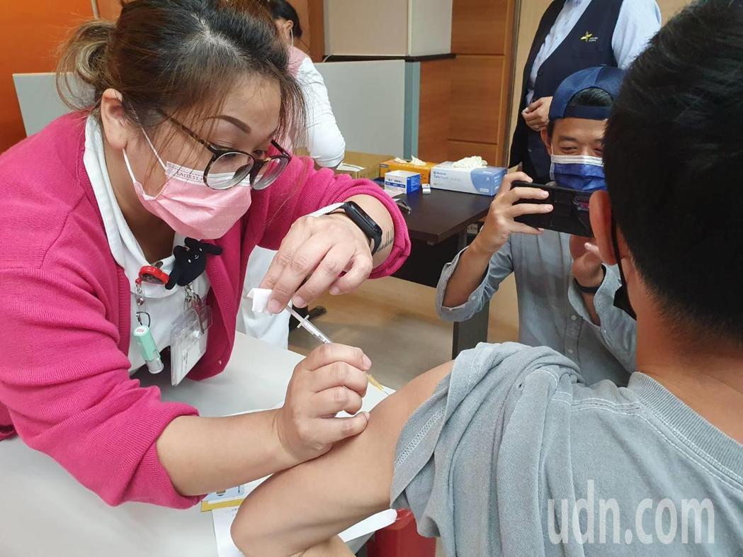 自費AZ疫苗今天開始施打,桃園市僅有衛福部桃園醫院為唯一的疫苗接種專責醫院,今天...