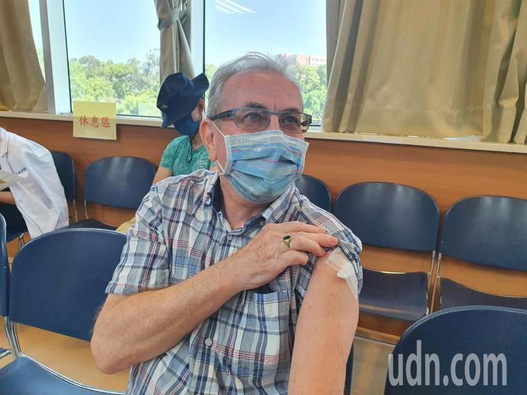 英國籍的郝先生直呼,「AZ疫苗是英國研發的,自己不會害怕,現在打完沒什麼感覺」。...