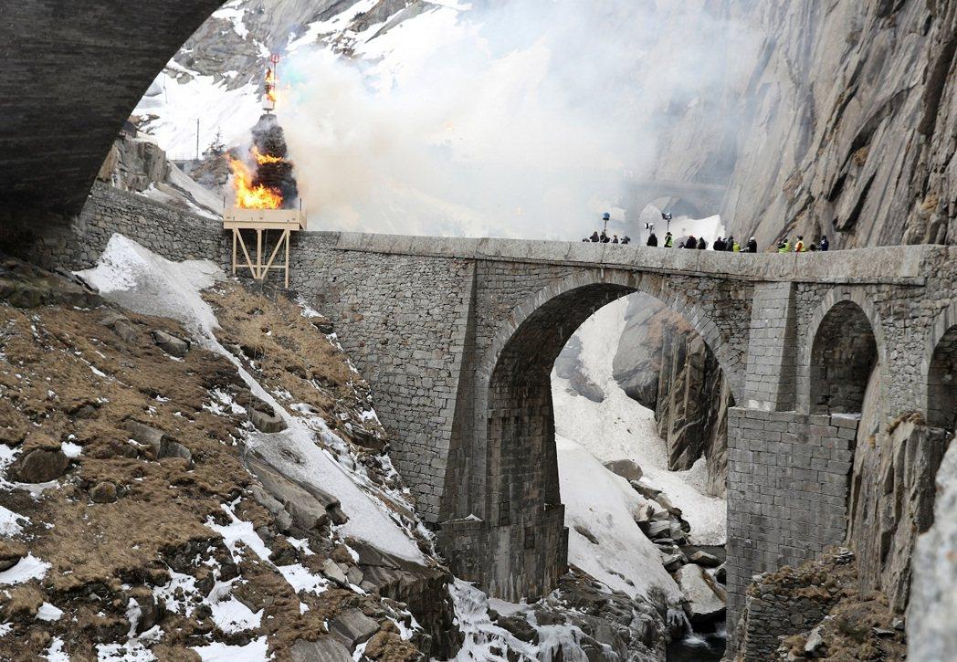 瑞士一年一度的傳統春祭「六鳴節」19日登場,但受到新冠肺炎疫情影響,燃燒巨型雪人...