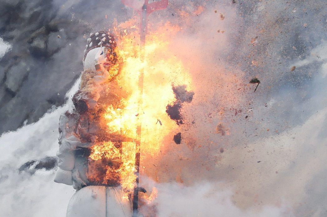 瑞士2021年的燃燒巨型雪人波伊格由電視實況轉播,揮舞著乾草叉的波伊格「爆頭」時...