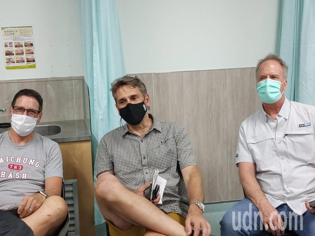 中央流行疫情指揮中心今天開放1萬劑AZ疫苗供民眾自費接種,部立台中醫院今天3百位...