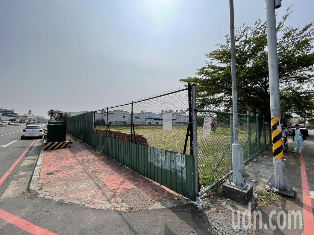 嘉義市西區博愛路邊、大潤發對面預計興建12層樓的社會住宅。記者林伯驊/攝影