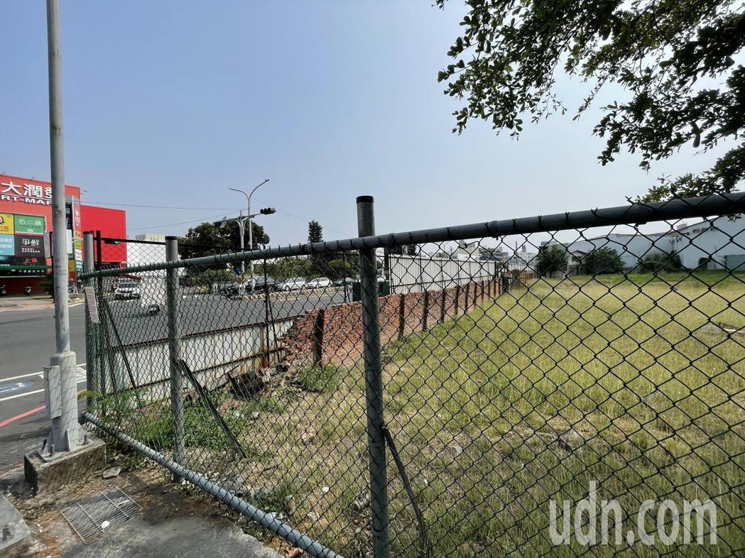 嘉義市西區大潤發對面預計興建12層樓的社會住宅。記者林伯驊/攝影