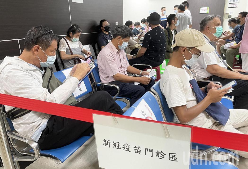 高雄市小港醫院及市立聯合醫院今天下午起接受AZ疫苗自費施打,不少預約接種的民眾表...