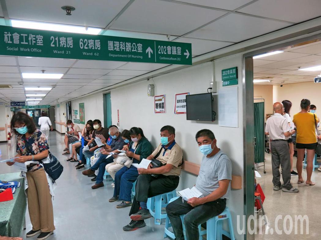 南投縣疫苗自費接種COVID-19疫苗,首日就有54人預約完成注射。記者黑中亮/...