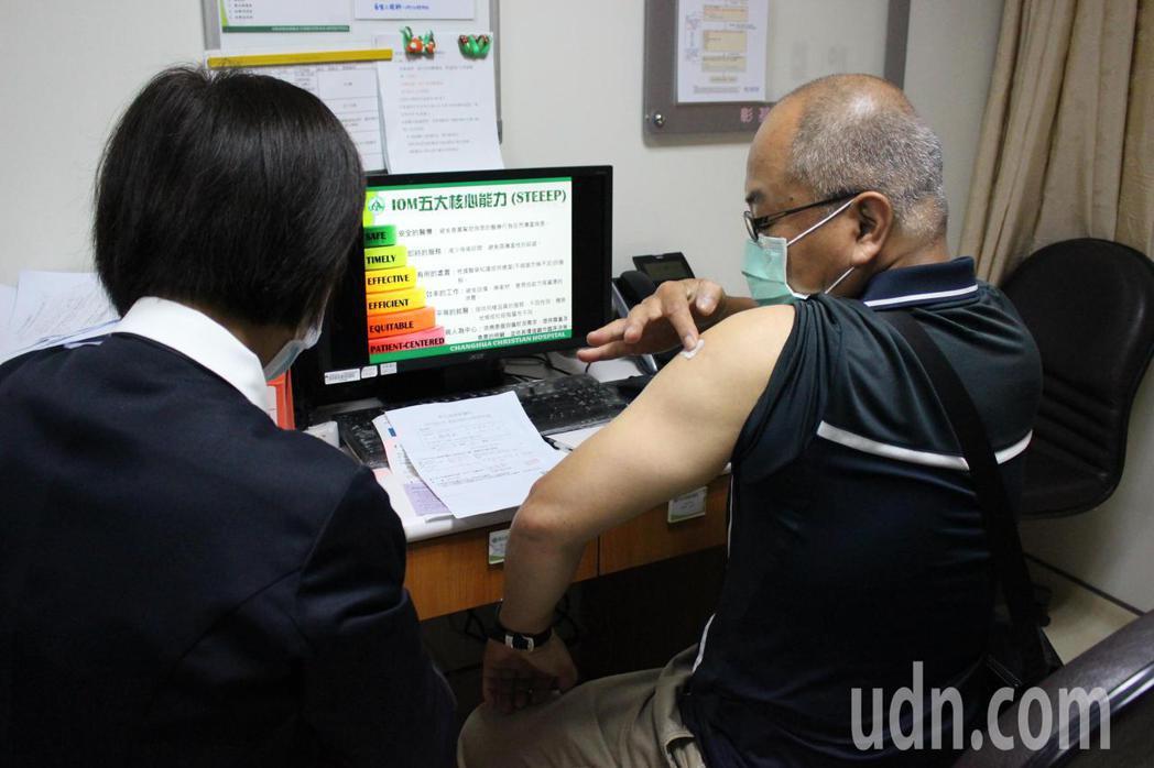 彰化基督教醫院今天開放施打自費AZ疫苗,相當踴躍。記者林敬家/攝影