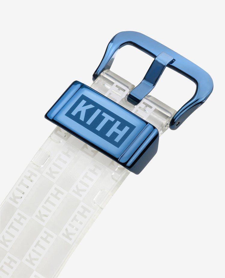 聯名GM-6900KITH-2CR表款,表帶扣環採用藍色設計並印有KITH標誌。...