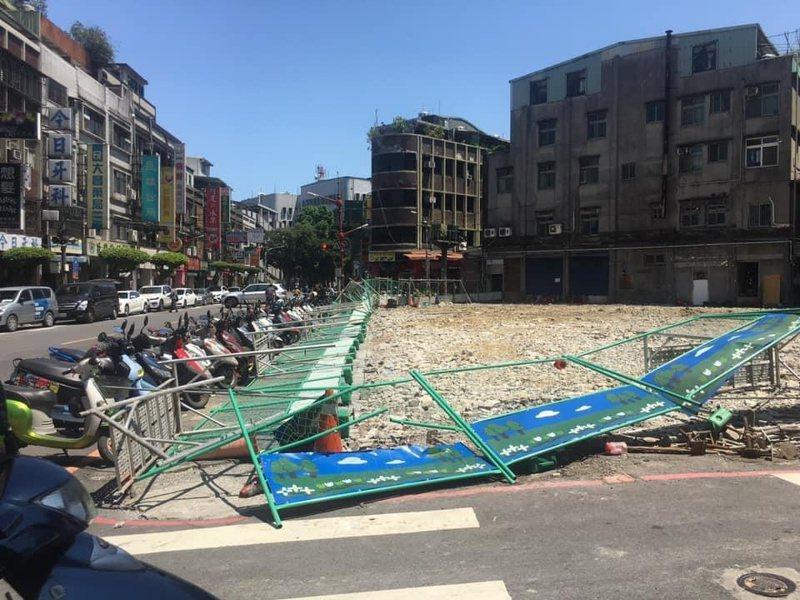 黃石市場上午11時左右周邊施工圍籬無預警倒塌。圖/何博文服務處提供