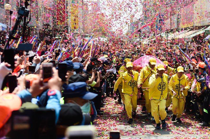 白沙屯媽祖抵達目的地雲林縣北港朝天宮,在場超過10萬人聚集高喊「進喔!進喔!」的震耳呼喊聲中,神轎隊3進3出百米衝刺,場面震撼。記者黃仲裕/攝影