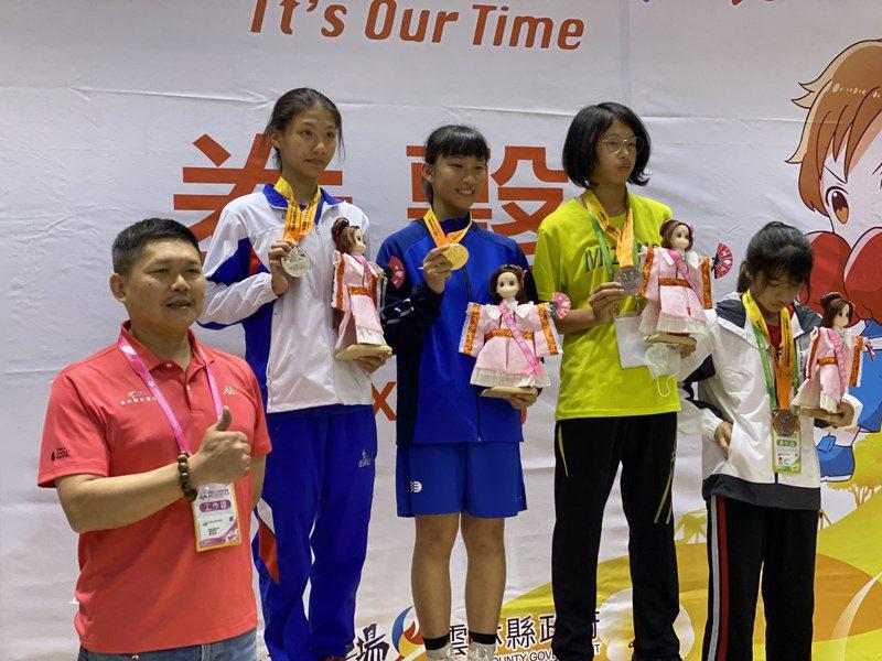 新北鶯歌國中女將王采薇(中)摘下國女組50公斤級金牌。記者曾思儒/攝影
