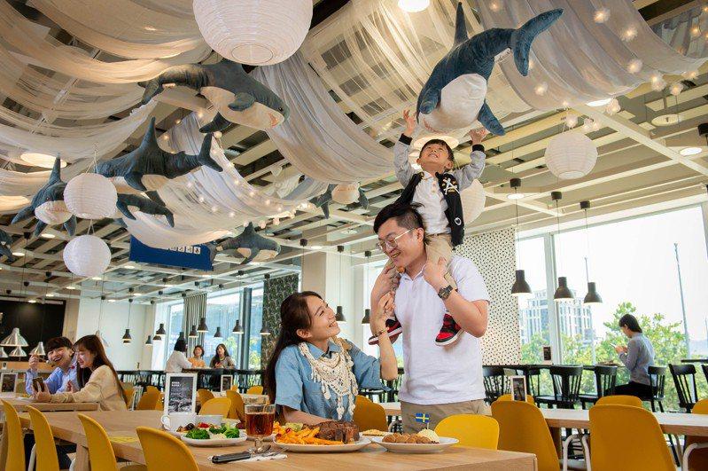 IKEA內湖店用餐區,設計有「與鯊鯊一起晚餐吧」拍照區。圖/IKEA提供
