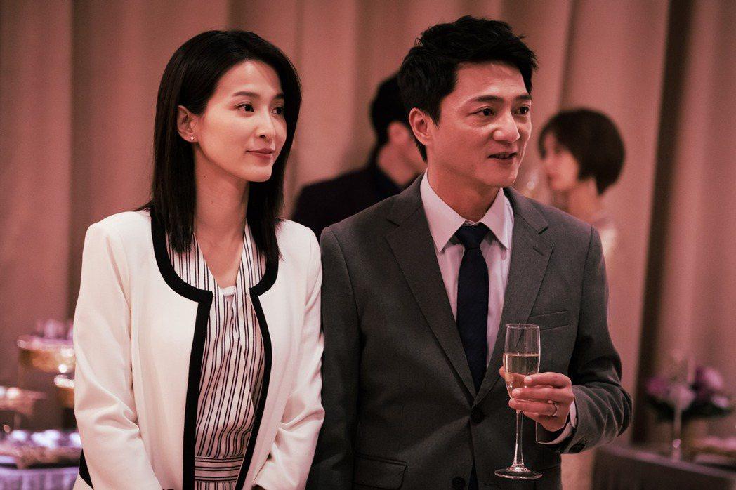 楚宣(左)、藍葦華在金鐘劇「日蝕遊戲」中扮演一對人人稱羨的夫妻。圖/民視提供