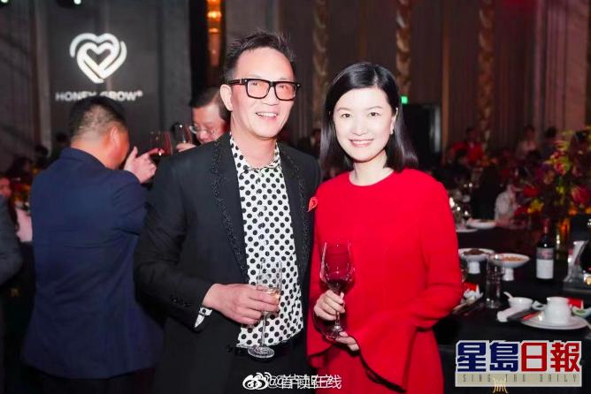 東方衛視主持陳蓉和上海前首富周正毅(左)合影。星島日報